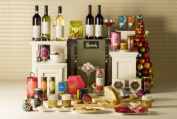 Vor allem in der Vorweihnachtszeit finden sich viele hochwertige Verpackung in den Kaufhäusern. Foto: http://www.foodbev.com/news/these-harrods-christmas-hampers-are-simply-mouth-watering/