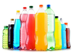 Foto: 196072739 - Plastic bottles of assorted carbonated soft drinks over white© monticellllo/ Fotolia.